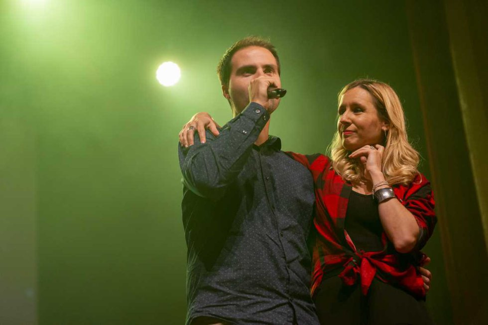 El coordinador de les emissores musicals de SER Catalunya, Sergi Sánchez, amb la presentadora del concert, Cristina Dalmau