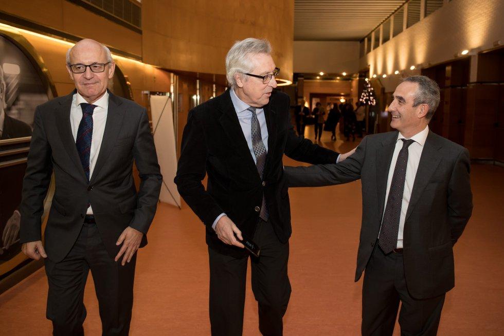 El director de la Cadena SER en Galicia, Mario Moreno, saluda al presidente del TSXG, Miguel Ángel Cadenas, y al fiscal superior de Galicia, Fernando Suanzes.
