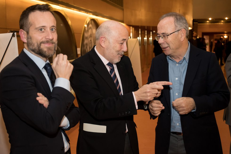 El delegado del gobierno, Javier Losada, y su jefe de prensa con el candidato socialista en Santiago, Xosé Sánchez Bugallo.