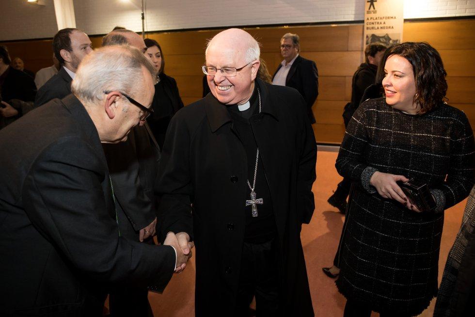 El gerente de Galicia Calidade, Alfonso Cabaleiro, saluda al arzobispo de Santiago, Julián Barrio.