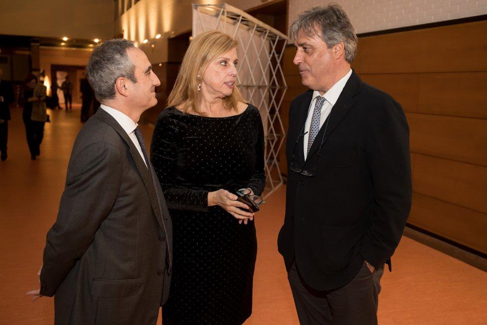 El director de la Cadena SER en Galicia, Mario Moreno, y la directora de Contenidos, Aida Pena, saludan a Pedro Puy, portavoz parlamentario del PPdeG.