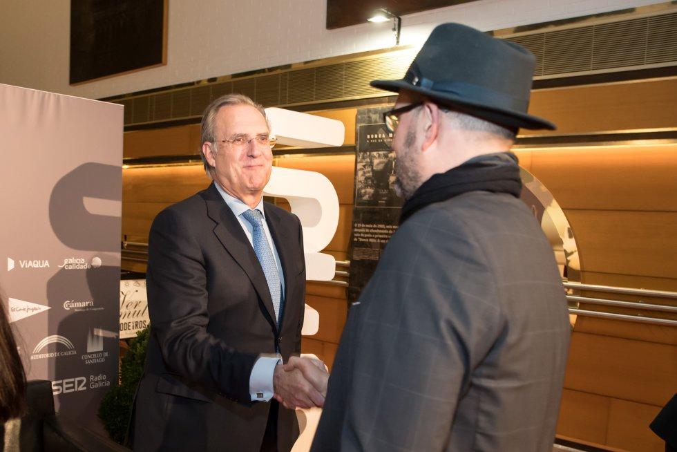El alcalde de Santiago, Martiño Noriega, saluda al presidente de la fundación Barrié, José María Arias.