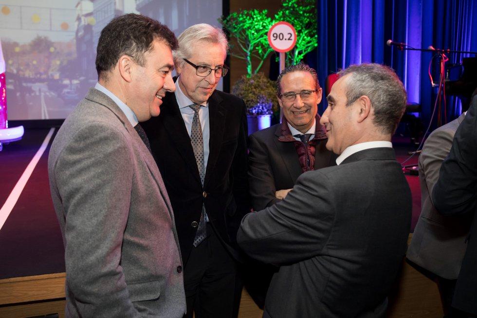 El director de la Cadena SER en Galicia y el director de emisoras de la SER charlan con el presidente de TSXG y el conselleiro de cultura.