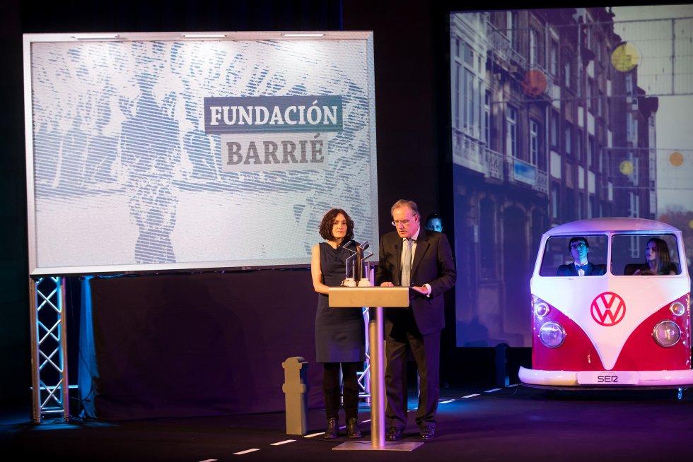El presidente de la Fundación Barrié recoge el premio acompañado de una de las responsables de la restauración del Pórtico de la Gloria.