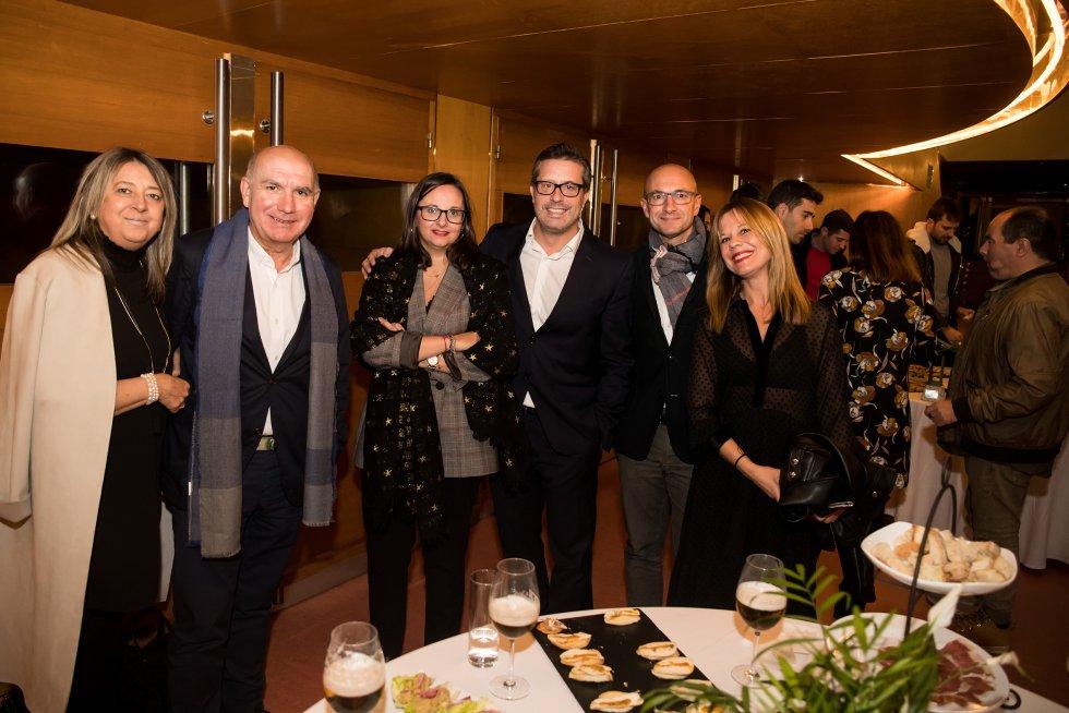 Gabi Davila junto a miembros del PSOE compostelano.