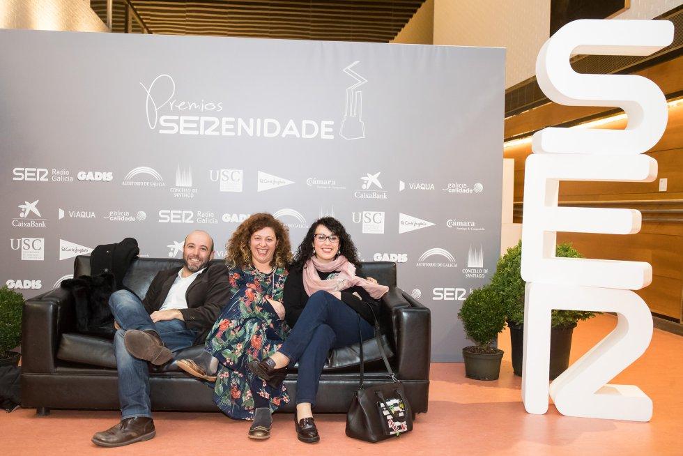 El líder de En Marea, Luis Villares, junto a su compañera de la coordinadora, Ana Seijas, y a la responsable de prensa, Sara Torreiro.