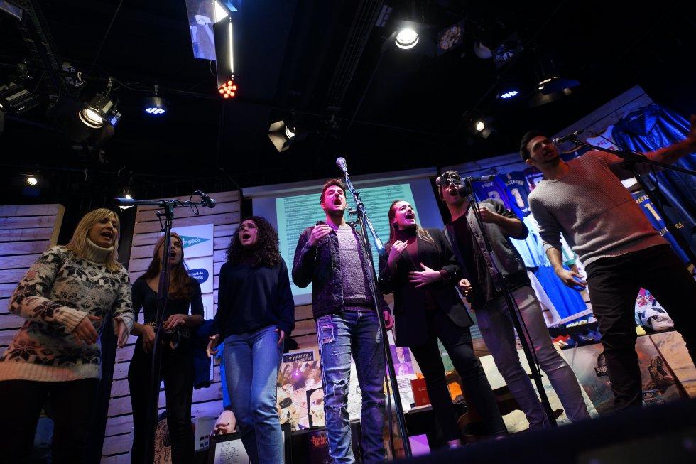 """Actuació en directe dels integrants del musical """"Broadway a capella"""""""