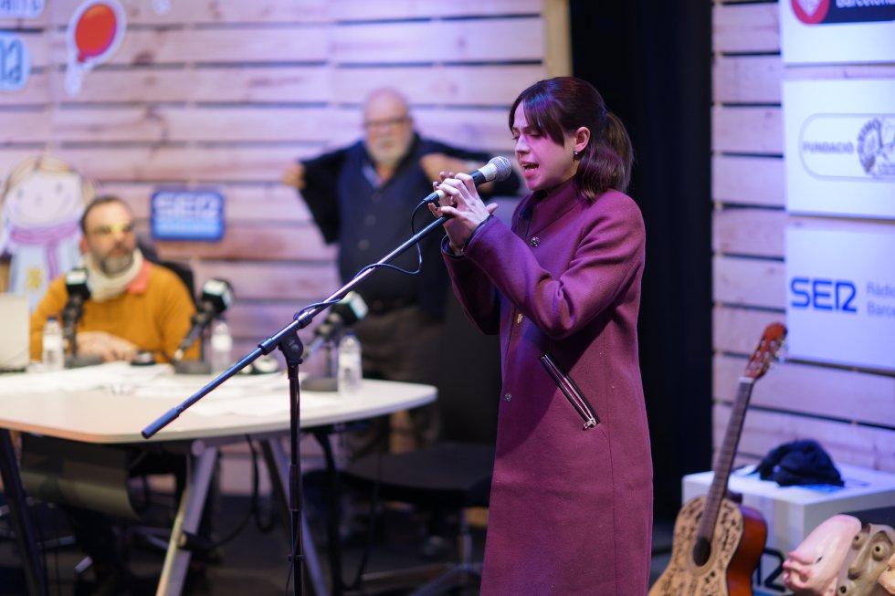 """Lydia Fairén, Miércoles al musical """"La Familia Addams"""", interpretant en directe una de les cançons de l'espectacle"""