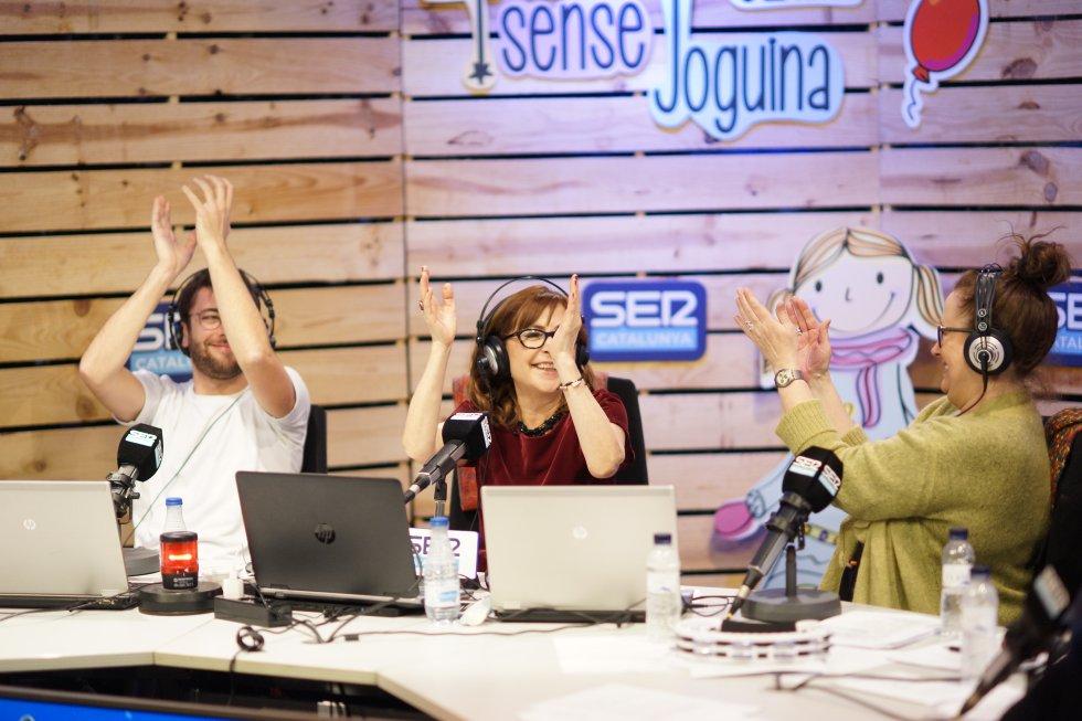 """Rosa Badia, conductora de la ràdio-marató solidària,  va comptar amb la companyia d' Adrià Attardi, editor de l' """"Hora 14 cap de setmana"""" a SER Catalunya durant tota la nit i amb convidats com Elisenda Roca"""