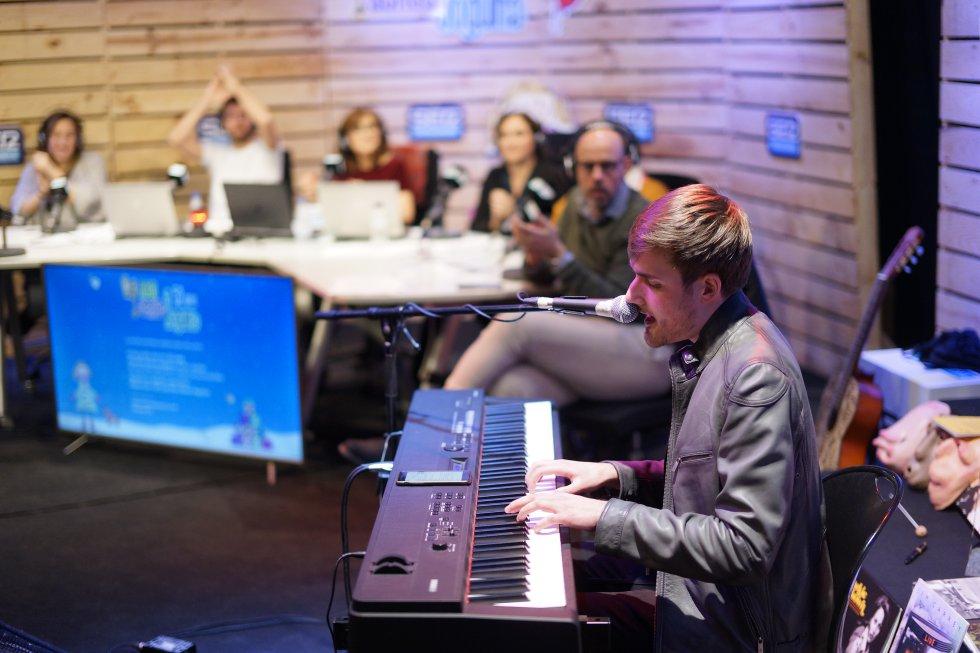 """Roger Argemí va interpretar al teclat en directe la cançó del """"Cap Nen Sense Joguina"""""""
