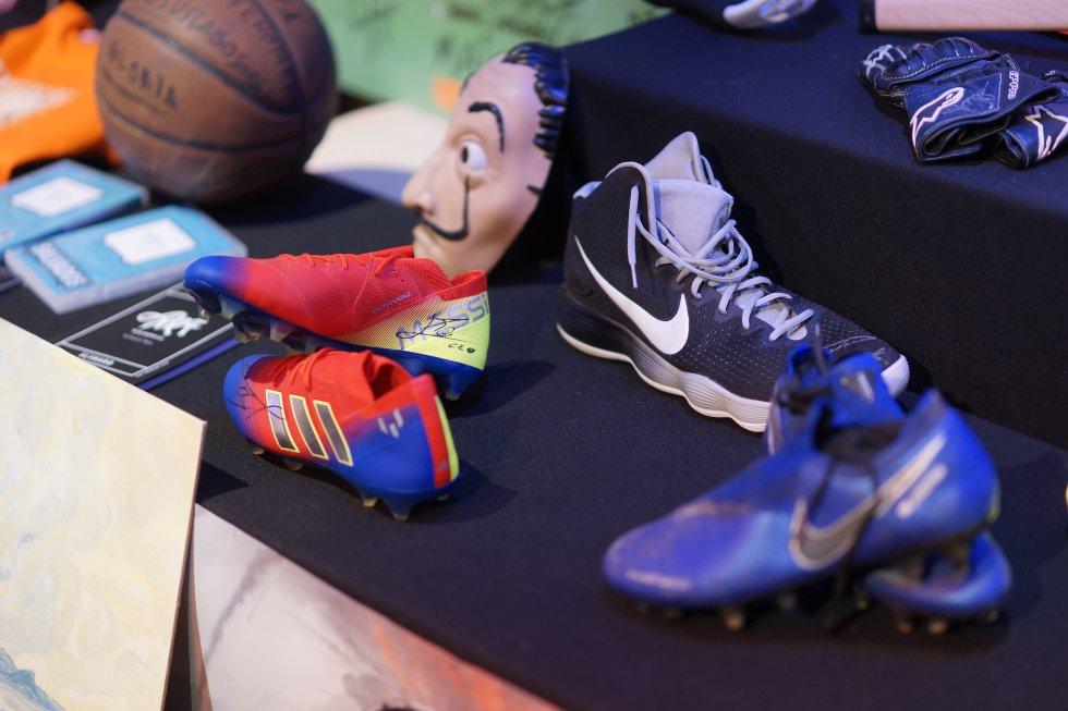 Les botes del futbolista del F.C. Barcelona Leo Messi, un dels objectes estrella, es va adjudicar per 1.800 euros