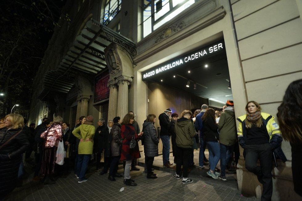 Cues a la porta de Ràdio Barcelona esperant torn per accedir a l'Estudi Toresky