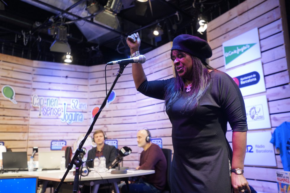 Actuació en directe de la cantant Monica Green interpretant una cançó de Whitney Houston