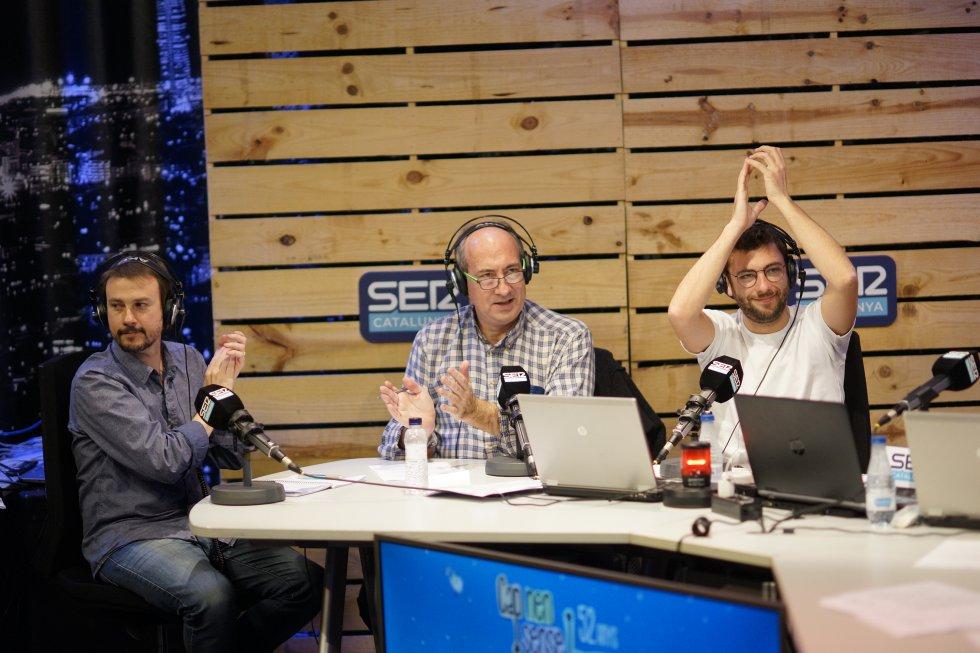 Els integrants de la redacció d'esports de SER Catalunya Bruno Alemany i Jordi Martí amb Adrià Attardi