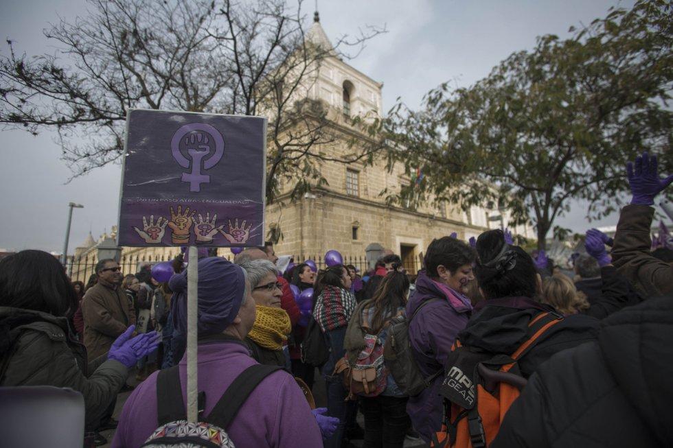Concentración convocada por colectivos de mujeres bajo el lema '¡Nuestros derechos no se negocian. Ni un paso atrás en igualdad!'. Ante el Parlamento andaluz. . Coincidiendo con el debate de investidura