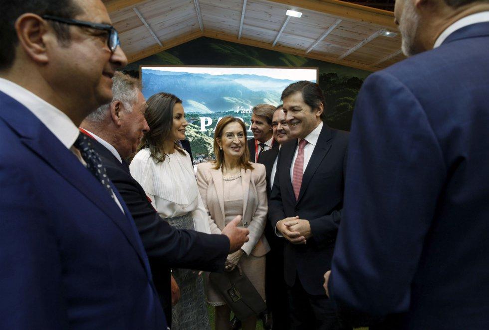 El presidente del Principado, Javier Fernández, charla junto al resto de autoridades