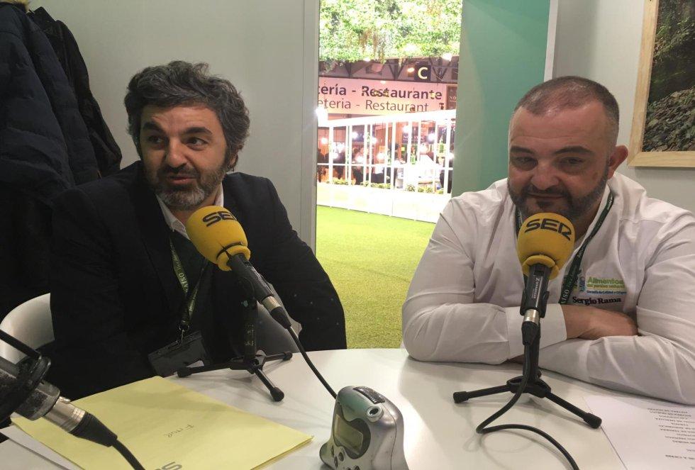 El gerente de la Sociedad de Turismo, Alejandro Calvo y el chef del stand del Principado en Fitur, Sergio Rama
