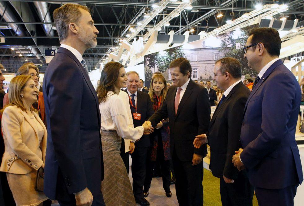 El presidente del Principado, Javier Fernández, y el resto de autoridades asturianas saludan a los Reyes