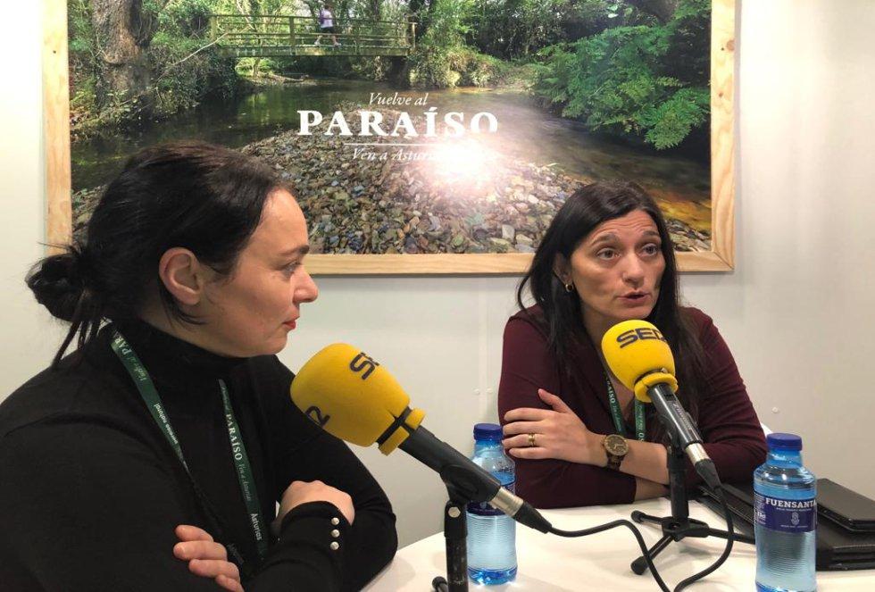 La alcaldesa de Castrillón, Yasmina Triguero acompañada de la edil de Turismo, Mar González durante la entrevista