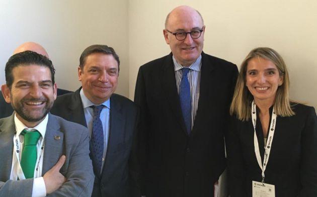 El comisario europeo de Agricultura, Phil Hogan, el ministro de Agricultura, Luis Planas, Adolfo Peña y Rosa Gallardo de la ETSIAM