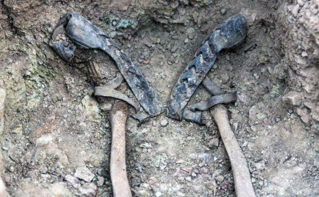 Las albarcas de una persona ejecutada en el cementerio de Pomer (Zaragoza)