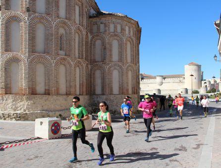 Los atletas pasan junto a la iglesia de San Martín