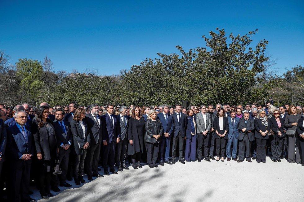 Vista del acto de recuerdo a los 193 fallecidos en los atentados del 11M celebrado, este lunes, en el Bosque del Recuerdo del parque de El Retiro de Madrid, con motivo del quince aniversario de la masacre terrorista.
