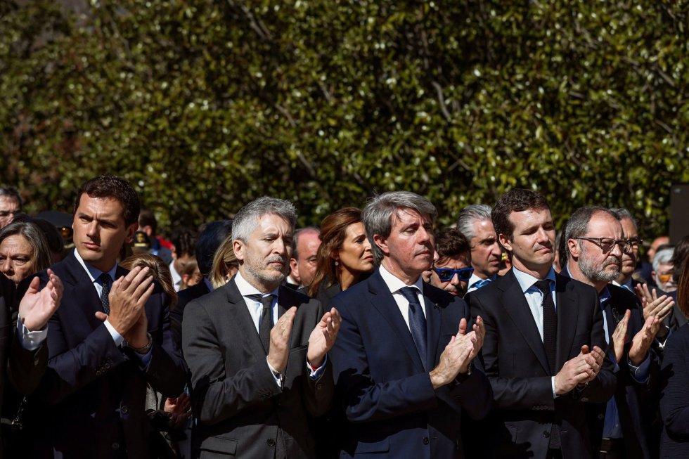 El presidente de Ciudadanos, Albert Rivera, el ministro del Interior, Fernando Grande-Marlaska, el jefe del Ejecutivo madrileño, Ángel Garrido, y el presidente del PP, Pablo Casado, entre otros, durante el acto de recuerdo a los 193 fallecidos en los atentados del 11M celebrado, este lunes, en el Bosque del Recuerdo del parque de El Retiro de Madrid, con motivo del quince aniversario de la masacre terrorista.