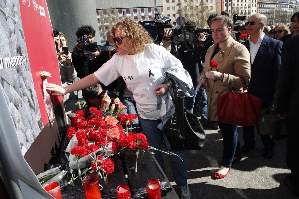 La familiar de una de las vítimas del los atentados del 11-M durante la ofrenda floral en el acto 'In Memorian' en recuerdo a las víctimas en la estación de Atocha de Madrid.