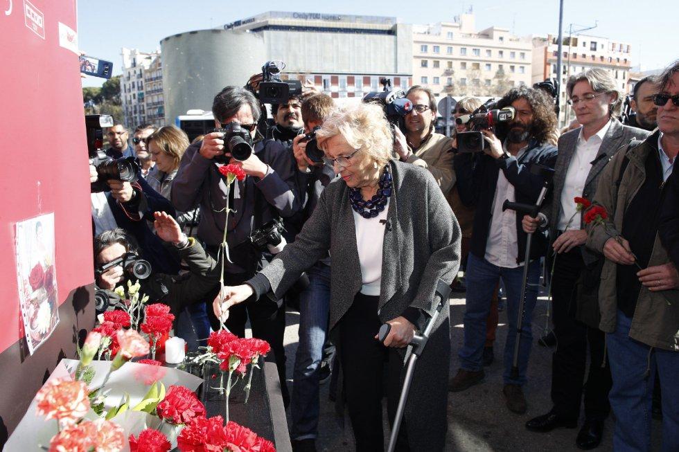 La alcaldesa de Madrid, Manuela Carmena, durante la ofrenda floral en el acto 'In Memorian' en recuerdo a las víctimas en la estación de Atocha de Madrid.