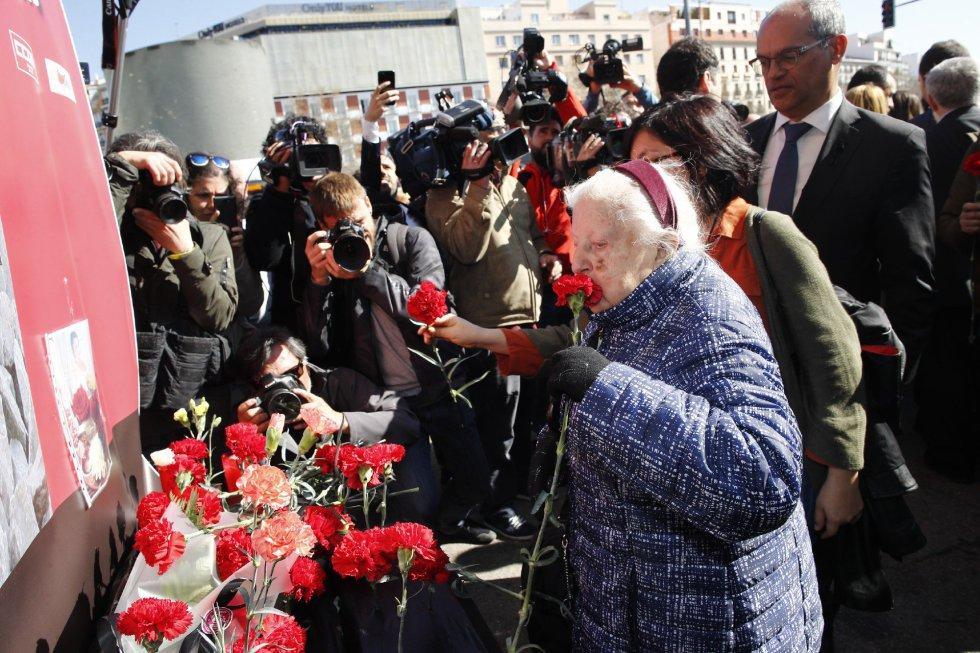 Francisca Martinez, durante la ofrenda floral en el acto 'In Memorian' en recuerdo a las víctimas en la estación de Atocha de Madrid.