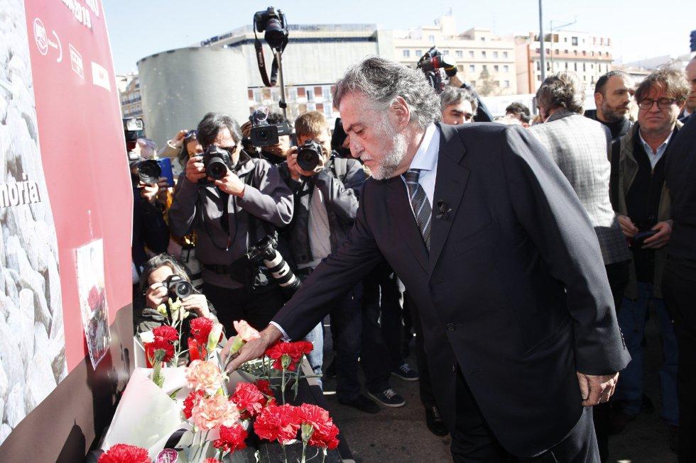 El candidato a la alcaldía de Madrid por el PSOE, Pepu Hernandez, durante la ofrenda floral en el acto 'In Memorian' en recuerdo a las víctimas en la estación de Atocha de Madrid.