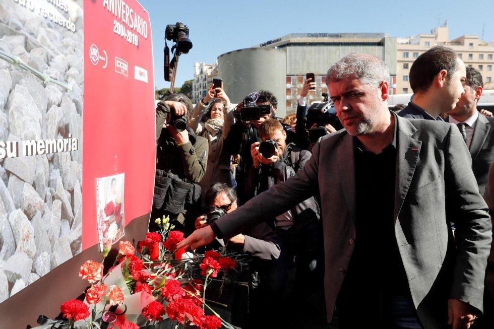 El Secretario General de CCOO Unai Sordo, durante la ofrenda floral en el homenaje que se ha rendido este lunes a las víctimas del 11-M en la estación de Atocha, donde explosionó uno de los trenes.
