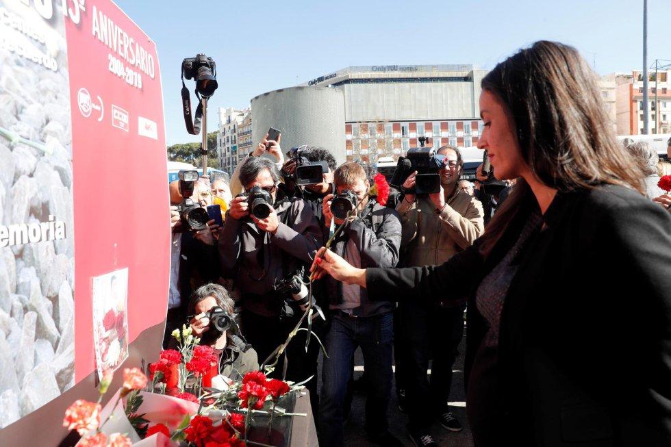 La candidata de Ciudadanos al Ayuntamiento de Madrid Begoña Villacís, durante la ofrenda floral en el homenaje que se ha rendido este lunes a las víctimas del 11-M en la estación de Atocha, donde explosionó uno de los trenes.