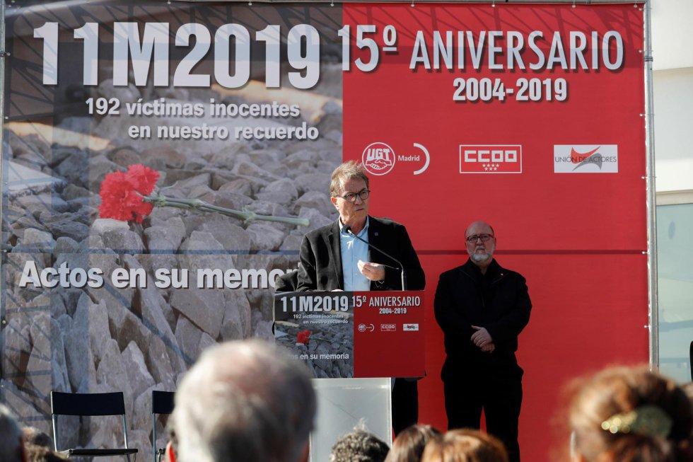 El secretario general de CC.OO., Jaime Cedrún (c), junto al secretario general de UGT Madrid, Luis Miguel López (d), durante su intervención en el homenaje a las víctimas del 11M que se ha rendido este lunes en la estación de Atocha, donde explosionó uno de los trenes.