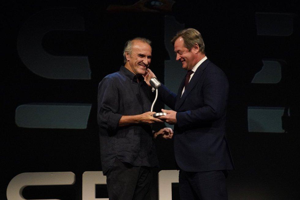Gontzal Mendibil recoge el premio Radio Bilbao a la Excelencia de la Música de manos de Bingen Zupiria, Consejero de Cultura y Política Lingüística del Gobierno Vasco.