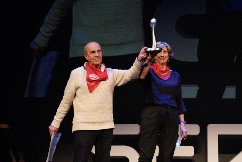Representantes del movimiento de pensionistas de Bizkaia muestran el galardón.