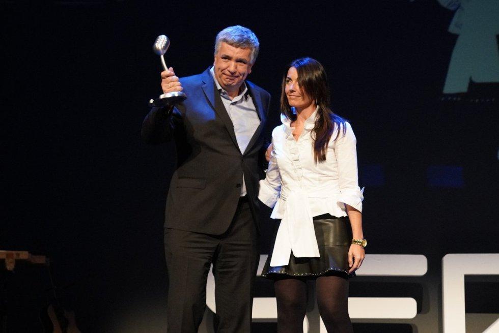 Javier Laiseka, director del Centro de Fromación Somorrostro recoge el Premio Laboral Kutxa otorgado por la audiencia de manos de Susana Andrés, directora comercial de Laboral Kutxa.