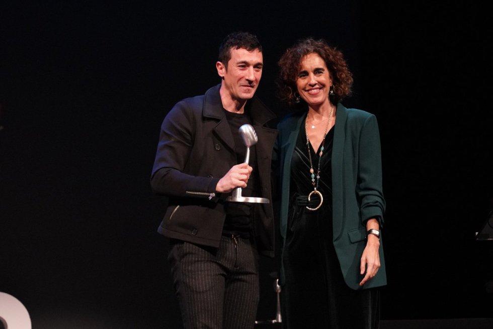 Eneko Atxa, recibe el Premio Radio Bilbao a la Excelencia en la categoría de Gastronomía de manos de Ibone Bengoetxea, diputada foral de Administración Pública y Relaciones Institucionales.