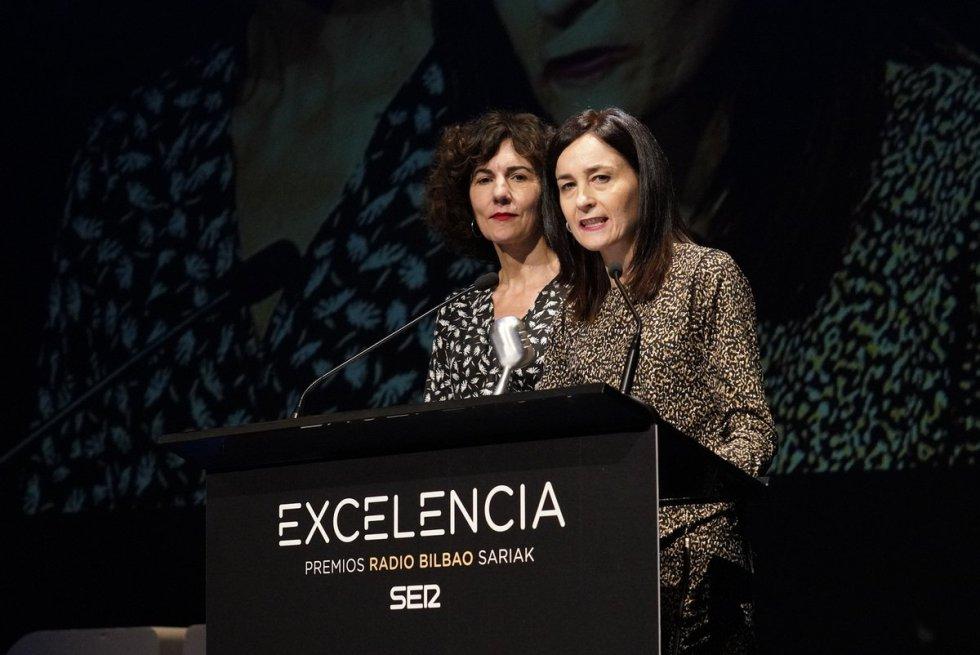 Elena Laka y Miren Dobaran muestran el galardón del Premio Radio Bilbao a la Excelencia al euskera, otorgado a la iniciativa Euskaraldia.