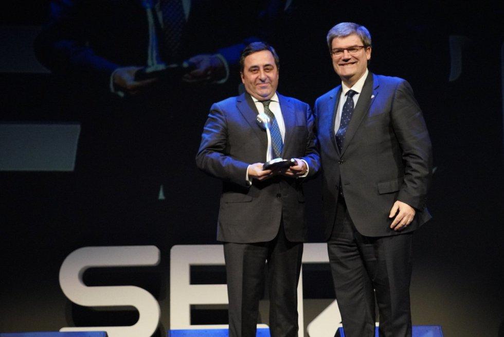 Juan Carlos Matellanes, presidente de la ABAO-OBOE, recoge el Premio Radio Bilbao a la Excelencia en Arte y Cultura, de manos del alcalde de Bilbao, Juan Mari Aburto.