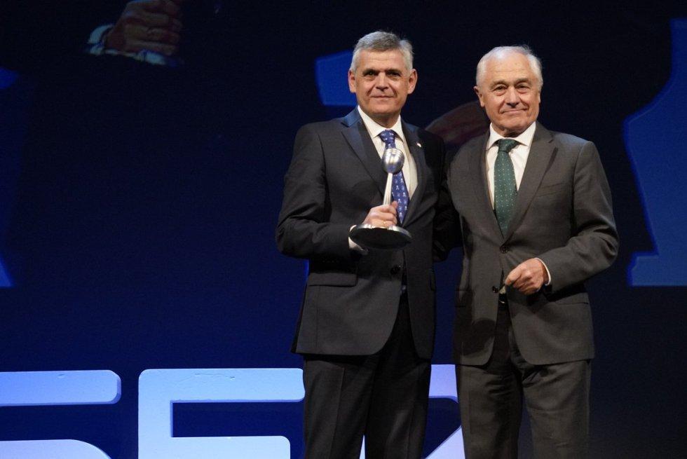 Kepa Odriozola, presidente del Consorcio de Aguas Bilbao Bizkaia recoge el Premio Radio Bilbao a la Excelencia en la categoría de Empresa de manos de Txema Vázquez Eguskiza, presidente de ADYPE, Asociación de Directivos y Profesionales de Euskadi.