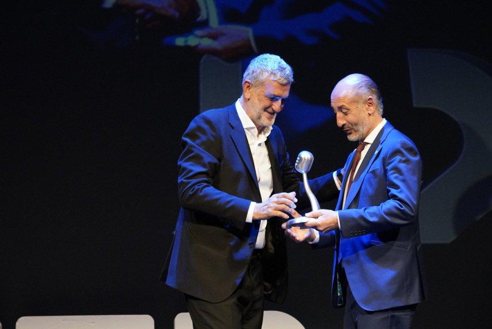 Juanma López Iturriaga recibe el Premio Radio Bilbao a la Excelencia a la Comunicación de manos de Aitor Elizegi, presidente del Athletic Club.