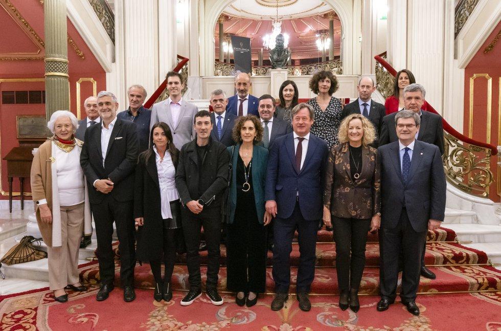 Foto de familia de los galardonados y quienes entregaron los premios con Begoña Marañón, directora de SER Euskadi