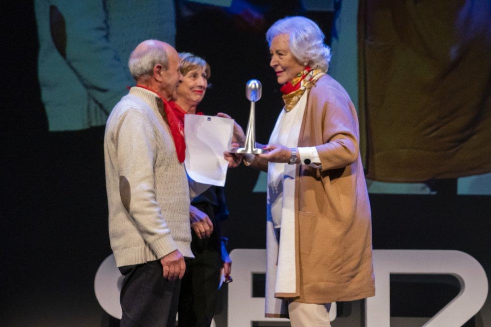 Representantes del movimiento de pensionistas de Bizkaia recogen el premio Radio Bilbao a la Excelencia de Impacto Social de manos de Victoria Cañas, empresaria, ilustre de Bilbao y presidenta de Bilbao International Art & Fashion.