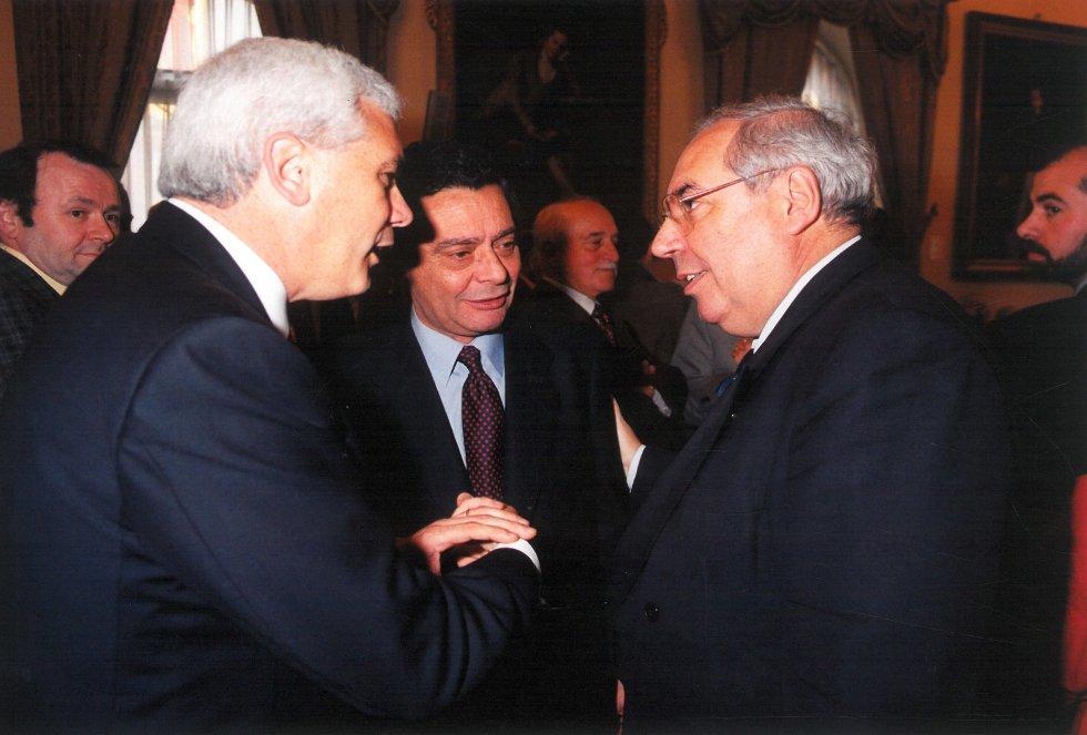 Joaquín Fernández-Carvajal charla con Álvarez Areces en presencia de Delkader (1998)