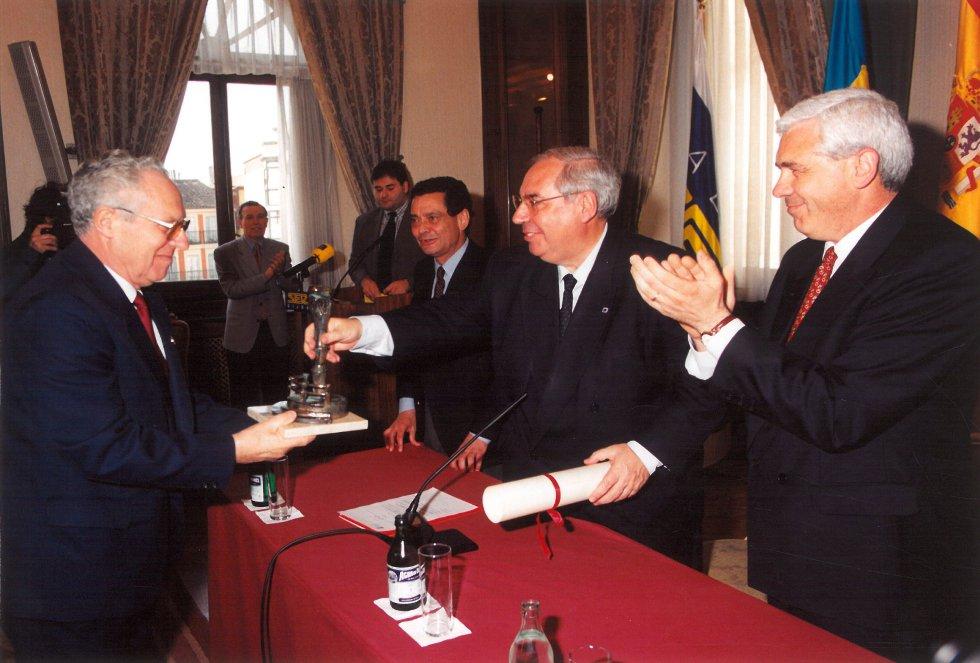La Agrupación Artística Gijonesa recibe el galardón (1998)