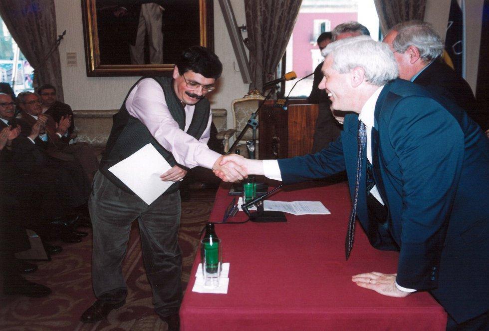 El director de Ser Gijón saluda al director de Proyecto Hombre, Premio en 1999