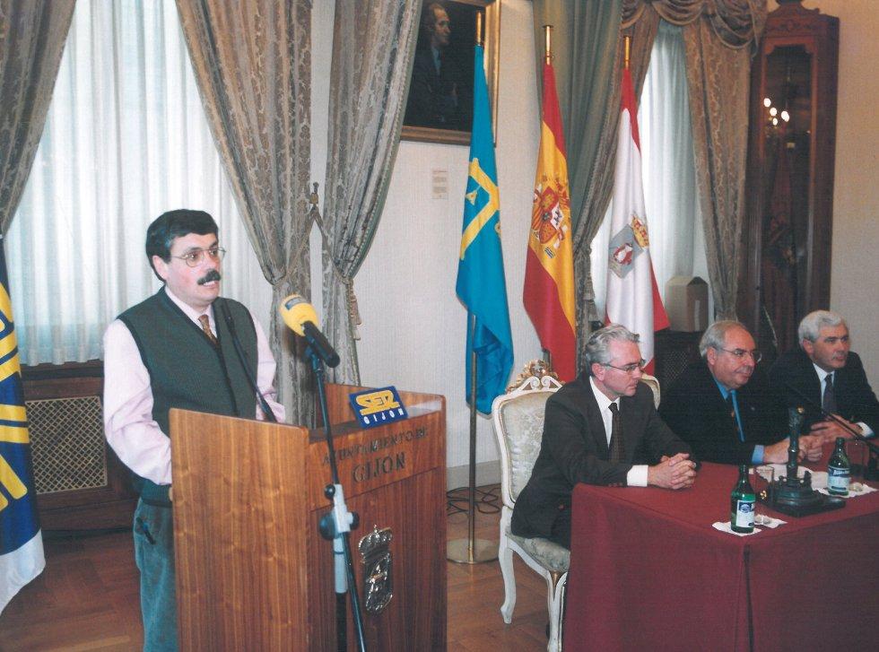 El director de Proyecto Hombre, `Floro´, durante su intervención (1999)
