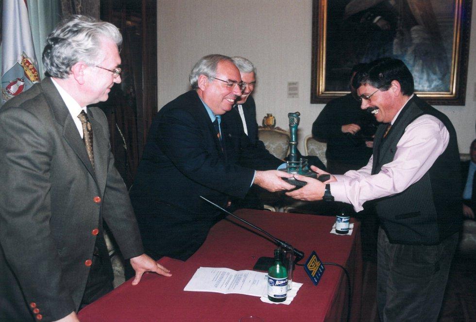 `Floro´ recoge el galardón de manos del alcalde Álvarez Areces (1999)
